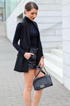 Outfit / Look / Style / streetstyle / chic / elegant / feminine / sleek / minimal / all black / total black / longvest / vest / blazerweste / Weste / schwarz / shorts / leathershorts / ledershorts / pumps / Silber / silver / Zara / kombinieren / Chanel / boy bag / Tasche /spring / Frühling / Trend / inspo / Fashion / Blog / Blogger / Deutschland / Germany / Stephanie van Klev
