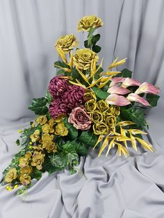 Niezłe połączenie kolorów, zbyt drogi zestaw. Grupowanie. Grave Flowers, Arte Floral, Ikebana, Funeral, Flower Designs, Floral Arrangements, Wreaths, Table Decorations, Etsy