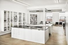 El color blanco y el piso de madera (o imitación de madera) hace que lo que se exhibe sobresalga y capte las miradas de los clientes!