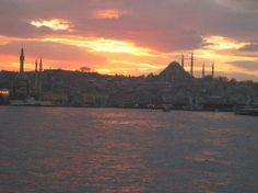 Istanbul, Turkey: Llegada en barco a Eminönü en el crepúsculo