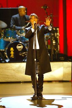 Bowie 2002 VH1 Vogue Fashion Awards - Show Photo by Kevin Kane on Getty Images