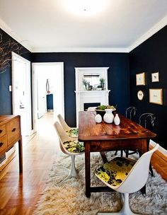 I don't usually like blue at all, but somehow those navy blue walls are actually really warm and nice.