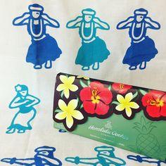 """43 Likes, 1 Comments - romi (@romiluluchocolat) on Instagram: """"ハワイのお土産🌺♪ ホノルルクッキーのパッケージは可愛いなぁ〜💕 ゆる波のてぬと合わせてみました🌺♪ クッキーの箱をクラッチ持ちしてはしゃぐ大人達…😅(酔ってた…💦)…"""""""
