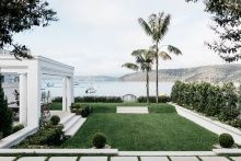 This waterfront villa in Palm Beach, Sydney, Australia, was recently transformed from an bungalow into an inviting family retreat. Indoor Outdoor, Outdoor Living, Interior Design Awards 2018, Palm Beach Sydney, Australian Architecture, Residential Architecture, Architecture Awards, Sustainable Architecture, Contemporary Architecture