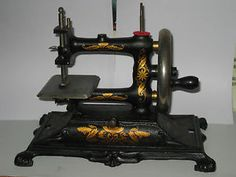 VINTAGE-CAST-IRON-GERMAN-TOY-HAND-CRANK-CHAIN-STITCH-SEWING-MACHINE