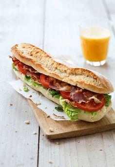 BLT staat voor Bacon Lettuce en Tomato, naast mayonaise dé klassieke ingrediënten voor een BLT-sandwich