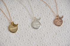 Sautoir composé d'une médaille ronde sur laquelle vous pouvez faire graver votre message (prénoms, petite phrase, date particulière ... ) La médail...