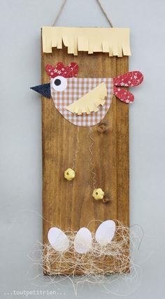 Poule avec des chutes de tissus et papiers. www.pinterest.com/fleurysylvie et www.toutpetitrien.ch #bricolage #paques #enfants