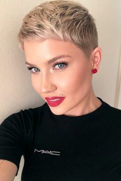 ❤️Cute blonde pixie cut and makeup. Short Sassy Hair, Super Short Hair, Short Grey Hair, Short Hair With Bangs, Cute Hairstyles For Short Hair, Pixie Hairstyles, Short Hair Styles, Short Hair Cuts For Women Trendy, Short Pixie Haircuts