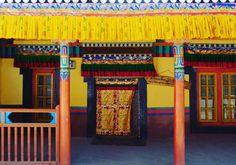 The Residence of the Royals of Leh in Hemis Monastery. #photooftheday #photography #bestoftheday #instadaily #instamood #residence #royal #colorful #beautiful #travel #travelphotography #travels #travelgram #traveller #traveling #travelpic #travelbug #wanderlust #wanderer #backpacker #ladakh #tourism #tourist #vacation #instatravel #instagram #instalove #ladakh #comment #c4c http://tipsrazzi.com/ipost/1513223694343128111/?code=BUADO6_BsQv