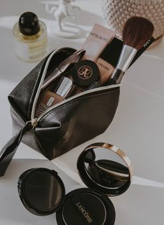 Blend baby, blend! ✨ These are the top-rated blending brushes you need to keep your makeup looking blended and snatched all 👏day 👏 long 👏. Whats In My Makeup Bag, Cc Cream, Perfect Makeup, Eyeshadow Looks, How To Apply Makeup, Glam Makeup, Vases Decor, Makeup Collection, Beauty Care