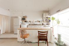 A様お気に入りのレトロなホーローキッチン。マグネットも効くので何かと便利なんだとか!#A様邸練馬 #団地リノベ #シンプルな暮らし #モルタル #ブラインド #日当たり良好 #EcoDeco #エコデコ #インテリア #リノベーション #renovation #東京 #福岡 #福岡リノベーション #福岡設計事務所 House Styles, Kitchen, Table, Home Decor, Bath Room, Furnitures, Rooms, Washroom, Bedrooms