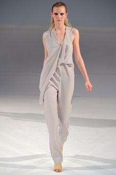 Hussein Chalayan Pasarela Celebrity Fashion Outfits Dresses Deconstruction