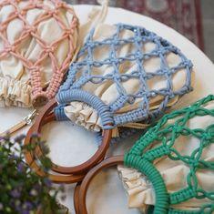 macrame/macrame anleitung+macrame diy/macrame wall hanging/macrame plant hanger/macrame knots+macrame schlüsselanhänger+macrame blumenampel+TWOME I Macrame & Natural Dyer Maker & Educator/MangoAndMore macrame studio Crochet Clutch, Crochet Handbags, Crochet Purses, Macrame Bag, Macrame Knots, Macrame Mirror, Macrame Curtain, Diy Handbag, Macrame Design