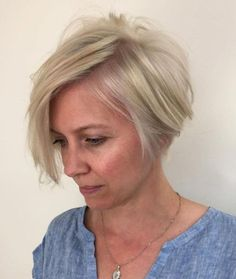 Short Asymmetrical Bob Guess it would be nice to refresh your traditional bob? Try a trendy asymmetrical style. This option works great with fine straight hair and can be used to draw attention to your beautiful jawline. Short Hair Cuts For Women, Short Hairstyles For Women, Straight Hairstyles, Short Hair Styles, Asymmetrical Hairstyles, Ash Blonde Bob, Blonde Pixie, Blonde Hair, Modern Hairstyles