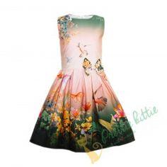 Schickes ärmelloses Mädchenkleid. Das Kleid ist mit vielen zarten, bunten Blumen, Schmetterlingen und Vögeln auf grünem Hintergrund jeweils am Rand des Rockes und um den Halsausschnitt gemustert, bei sonst zartrosenem Hintergrund. Eine schöne bunte Satinmasche gibt dem Kleid einen speziellen Touch. Das Kleid ist für alle Festveranstaltungen während der warmen Tage des Jahres passend.