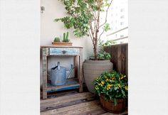 A sensação é de aconchego na varanda de apenas 2 m² do apartamento da arquiteta Beatriz Quinelato. Madeira nos revestimentos, vasos bem posicionados e até um móvel rústico para armazenar acessórios de jardinagem cabem na área