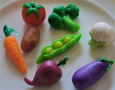Marzipan-marzipan Fruits and Veggies-marzipan candies-marzipan carrots-amond paste candies-marzipan vegetables-marzipan fruits Sugar Paste, Gum Paste, Fruit And Veg, Fruits And Veggies, Allotment Cake, Marzipan Candy, Vegetable Cake, Crea Fimo, Garden Cakes
