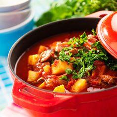 Klassisk gulaschsoppa - en mustig soppa med kött, potatis och tomater. Passar extra bra en mörk och kall vinterdag!