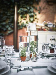 Nahaufnahme der Tischdeko, u. a. mit VATTENRALL Wasserpflanzen