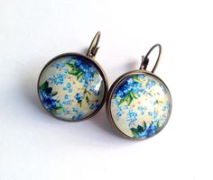Boucles d'oreille fleurs bleues sur fond jaune pâle, cabochon en verre sur dormeuses en bronze. : Boucles d'oreille par thislia