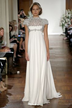 Jenny Packham OI13 - Pasarela. Does it draw too much attention to the chest? I can't tell...