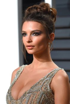 Emily Ratajkowski's Mint Eye Is the Sexiest Version of Mermaid Makeup We've Ever Seen Our gateway into the world of mermaid beauty was, of course, Ariel in The Little Mermaid. But we've evolved well past combing our hair with a fork. Emily Ratajkowski Makeup, Emily Ratajkowski Style, Camila Morrone, Mermaid Makeup, Fairy Makeup, Mermaid Hair, Makeup Art, Eye Makeup, Vanity Fair Oscar Party
