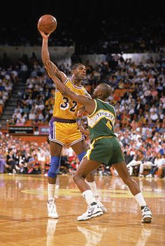 Magic Johnson of the Los Angeles Lakers holds the ball over Sedale Threatt of the Seattle SuperSonics during an NBA game at the Great Western Forum in Los Angeles, California in Get premium, high resolution news photos at Getty Images Kentucky Basketball, Basketball Players, Duke Basketball, Kentucky Wildcats, College Basketball, Los Angeles Lakers, Magic Johnson Lakers, Showtime Lakers, James Worthy