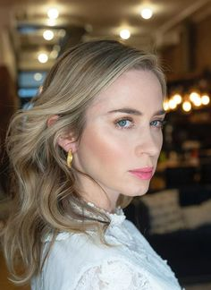 Emily Blunt, Best Workwear, Winter Beauty Tips, Tousled Hair, Winter Makeup, Colored Highlights, Long Lashes, Face And Body, Fotografia