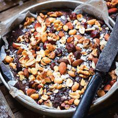 Prova att baka kladdkakan med olivolja i stället för smör – det blir överraskande gott. Inte minst med en massa nötter och en nypa flingsalt på toppen! Nötter ger visserligen många kalorier, men innehåller fina omättade fetter, vitaminer och mineraler.