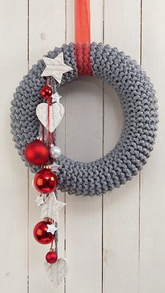 Rustikaler Strickkranz. Knitted wreath for Christmas