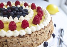 Nøtte- og sjokoladekake med sitronkrem | Elin LarsenElin Larsen Norwegian Food, Norwegian Recipes, Pudding Desserts, Keto Desserts, Let Them Eat Cake, Tiramisu, Cake Recipes, Cheesecake, Food And Drink