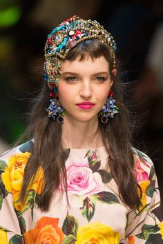 Dolce & Gabbana at Milan Fashion Week Spring 2017 - Details Runway Photos Moda Fashion, Diy Fashion, Fashion Show, Fashion Tips, Floral Fashion, Colorful Fashion, Dolce And Gabbana 2017, Retro Mode, Pinterest Fashion