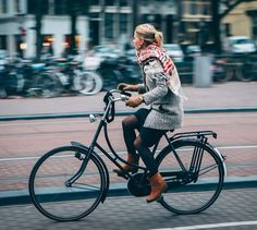 Amsterdam, The Rolling Spoke Bycicle Vintage, Bycicle Art - Women's style: Patterns of sustainability Cycle Chic, Pink Bike, Performance Bike, Urban Bike, Bicycle Girl, Bike Style, Student Fashion, Cycling Bikes, Bike Life