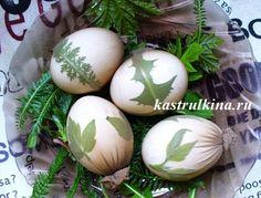 как покрасить яйца на Пасху в капроновом чулке с листиками и веточками