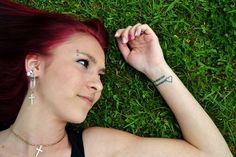 Tatuaggi sul polso idee femminili, scritte e simboli con significato (Foto)