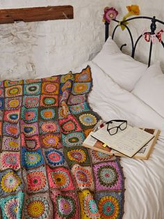 Beautiful crochet blanket by Magda de Lange @ Pigtails - pattern available in Simply Crochet Issue 23 = sooooo pretty! Point Granny Au Crochet, Grannies Crochet, Beau Crochet, Simply Crochet, Crochet Squares, Crochet Blanket Patterns, Love Crochet, Beautiful Crochet, Knitting Patterns