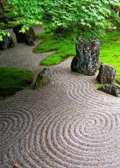 Japanischer Garten mit geharkten Kreisen im Sand. Das sieht nicht nur beruhigend aus, sondern entspannt auch beim erstellen der Kreise.