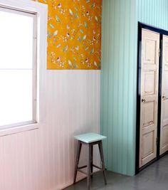 Ihanin juttu on paneloitu kiinteä kaappi, johon hyödynsimme vanhat ovet. Keittiössä on alunperin ollut juuri tuolla paikalla kiinteä kaappi, joten sehän näyttää siinä ihan oikealta.