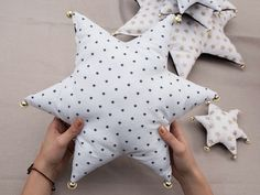 DIY Guide: Sewing a Christmas tree from star pillows via … – Christmas Ideas Christmas Dyi Crafts, Christmas Deco, Christmas Tree, Fabric Crafts, Sewing Crafts, Sewing Projects, Star Cushion, Diy Bebe, Baby Pillows