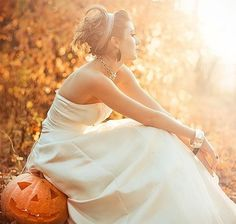 Did you know that usual pumpkins bought on the market can be used as amazing wedding decorations and they can bring so much rustic coziness to your big day? Yeah, just get a pile and look what you can do with them!