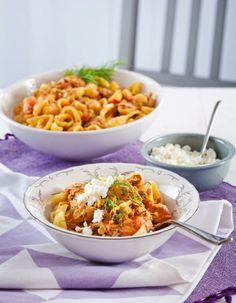 Yrttinen tonnikalapasta on tomaattipohjainen, ruokakermalla ja kapriksilla maustettu helppo arkiruoka. Tarjoa pasta raejuuston kanssa. | K-Ruoka