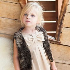 Habillée de cette petite robe, votre petite princesse conquerra tous les coeurs. Le noeud confère à ce modèle un charme particulier.Taille : 92-152