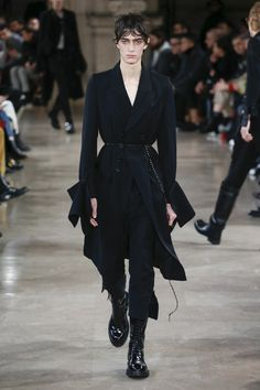 The complete Ann Demeulemeester Fall 2018 Menswear fashion show now on Vogue Runway. Look Fashion, Trendy Fashion, New Fashion, Fashion Outfits, Fashion Design, Fashion Trends, Fashion Guide, Future Fashion, Fashion Black