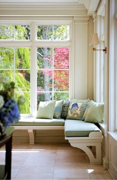 Window seat along the windows in the kitchen. Problem is it would cut the window lines but it would allow for more seating. Could be incorporated into new kitchen design in 6 years :) Interior Exterior, Home Interior, Interior Design, Style At Home, Window Benches, Window Seats, Bay Window, Patio Bench, Room Window