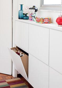 Embaixo da janela deu para instalar a sapateira revestida de laminado. Com 18 cm de profundidade, é suficiente para pôr os sapatos em pé nas gavetas basculantes de 65 x 42 cm. Afinal, em poucos metros, é preciso aproveitar todos os cantos