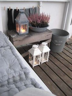 Knus balkon zo met die matraskussens en de lantaarns.