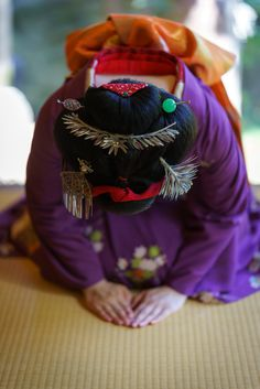 maiko 舞妓 Gion Higashi 祇園東 Tomitsuyu 富津愈 KYOTO JAPAN I wonder why her hands have different skin tan...