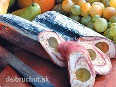 Plnená šunková roláda -  Na alobal alebo mikroténové vrecko rozložíme plátky šunky..  V miske vyšľaháme maslo s tvarohom, podľa chuti... The Bistro, Russian Recipes, Diy Food, Fresh Rolls, Finger Foods, Food Art, Tapas, Sausage, Meat