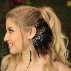 Ear Cuff de Penas. • Cores: preto e branco. • Detalhes: pena de Angola e pingente de penas. • Tamanho ajustável de acordo com cada formato de orelha. • Produto feito à mão.